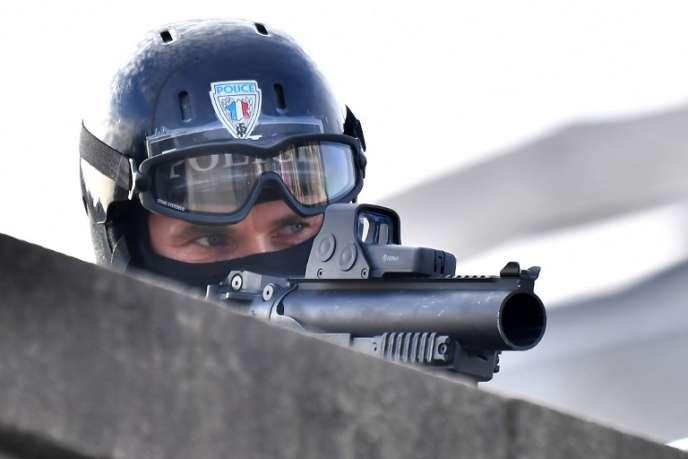 Un policier français utilisant un LBD40, à Nantes, en novembre 2017.