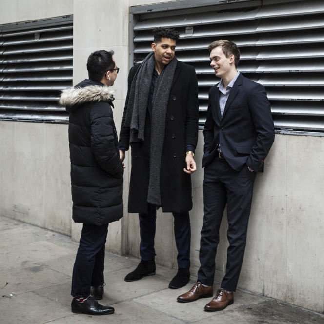 Le Polonais ThomasLi, le Français Kevin Marius, et le Danois Mark Winkler(de gauche à droite) travaillent dans le recrutement dans la City, le centre financier de la capitale britannique.