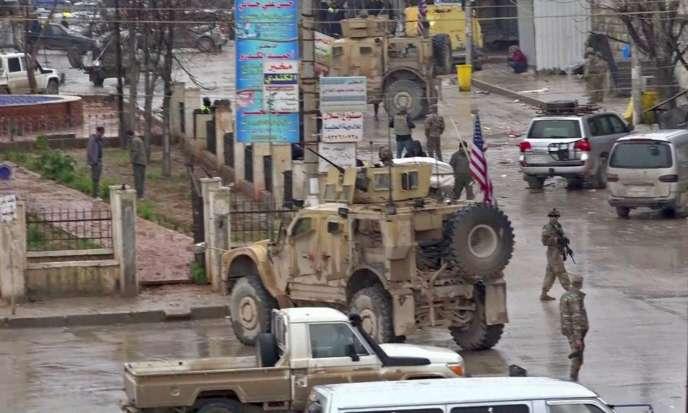 Des soldats américains sur le site de l'attentat-suicide qui a fait au moins 16 morts, à Manbij (Syrie), le 16janvier.