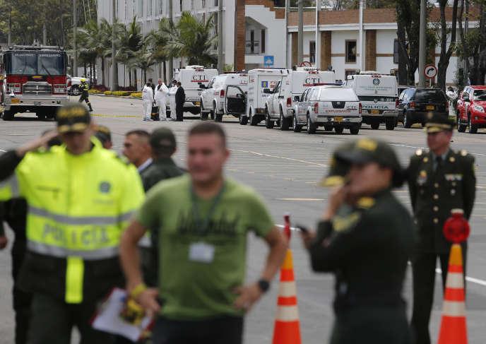 Les forces de l'ordre bouclent le périmètre autour de l'école de police de Bogotá après une attaque à la voiture piégée, le 17janvier.