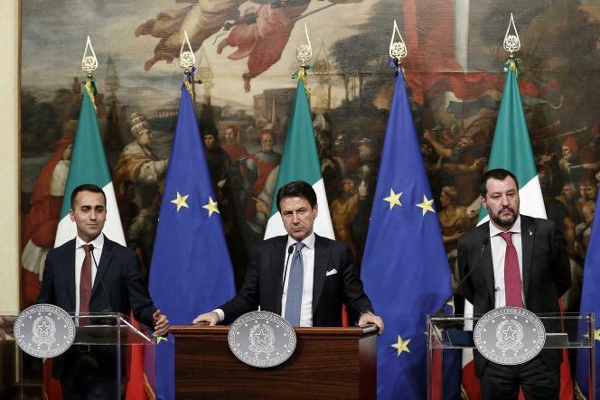 De gauche à droite, Luigi Di Maio, le ministre du travail, Giuseppe Conte, le premier ministre italien, et Matteo Salvini, le ministre de l'intérieur,le 17 janvier à Rome.
