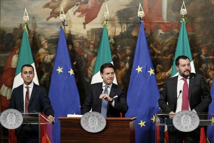Le président du conseil italien Giuseppe Conte, center, entouré de ses deux vice-président Luigi Di Maio (à gauche) et Matteo Salvini, à Rome, le 17 janvier.