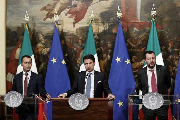 De gauche à droite, Luigi Di Maio, le ministre du travail; Giuseppe Conte, le premier ministre italien; et Matteo Salvini, le ministre de l'intérieur,le 17 janvier 2019 à Rome.