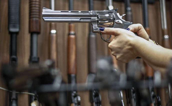 Une armurerie de Sao Paulo, le 15 janvier, jour du décret présidentiel brésilien assouplissant la vente de fusils et de pistolets aux«citoyens de bien».