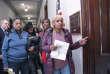 Des fonctionnaires en congés forcés manifestent devant le bureau deMitch McConnell,patron de la majorité républicaine du Sénat,au 26e jour du «shutdown», à Washington, le 16 janvier.