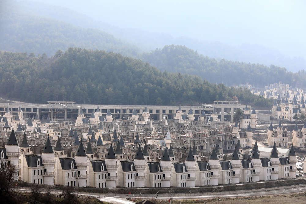 Aux abords de Mudurnu, dans la province montagneuse de Bolu, s'alignent des centaines de villas mitoyennes blanches aux toits pointus, censées évoquer l'architecture européenne. Elles font partie d'un ambitieux projet lancé en2014 par Sarot, un groupe de construction turc engagé dans plusieurs programmes immobiliers importants dans la région.