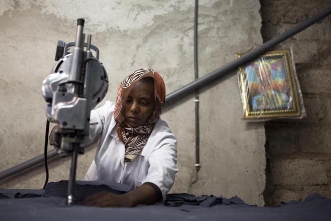 Une ouvrière de l'usine Maryod coupe du tissu pour fabriquer des serviettes hygiéniques réutilisables, à Addis-Abeba, en Ethiopie, en septembre 2017.