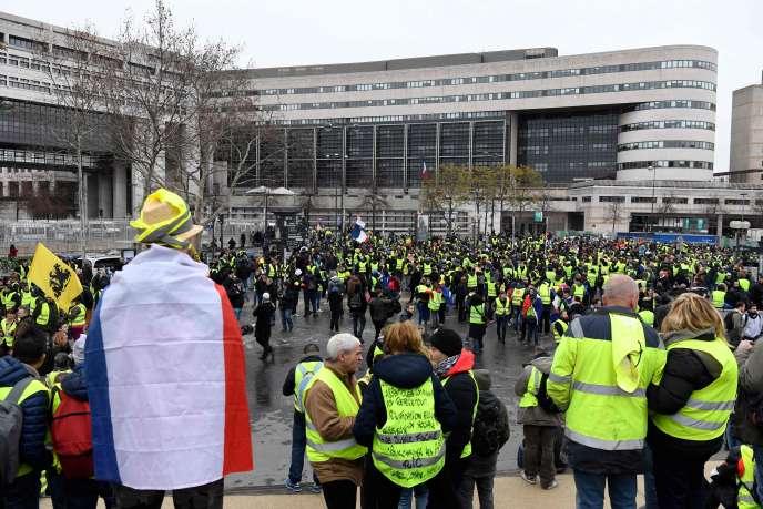 Des« gilets jaunes» devant le ministère des finances, à Bercy, le 12 janvier.