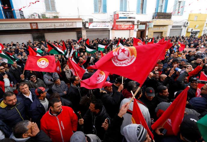 Des manifestants défilent à Tunis,le 17 janvier 2019, pour réclamer des augmentations de salaire.
