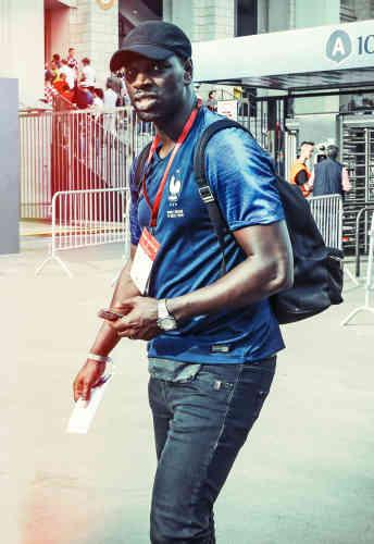 Non, Omar Sy ne part pas en colo. Comme l'équipe de France, il s'apprête à remporter la finale de la Coupe du monde de football en Russie, ce qui est assurément une bonne nouvelle, mais nous laissera quand même un désagréable arrière-goût en bouche : ce n'est pas comme ça, avec un sac sur le dos, une casquette sur la tête et une ribambelle d'accréditations qu'on peut espérer réhabiliter l'image des supporteurs de foot.