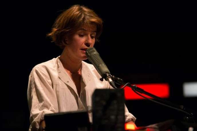 Irène Jacob enregistrant le texte de Didier Eribon sur scène dans« Retour à Reims», mis en scène par Thomas Ostermeier.