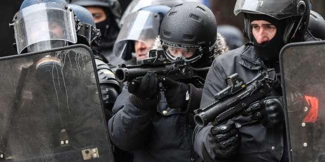 Des policiers équipés de LBD40, le 15 décembre à Paris.
