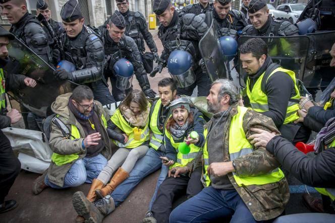 Des «gilets jaunes» interpellent les maires de la région venus participer à l'acte II du Grand débat national organisé par Emmanuel Macron, à Souillac (Lot ), le 18 janvier.