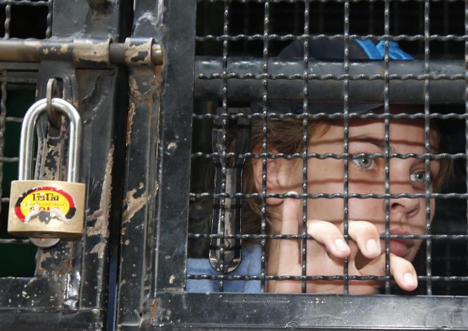 Anastasia Vachoukevith dans le van de la police thaïlandaise qui la conduit à l'aéroport, le 17 janvier 2019.