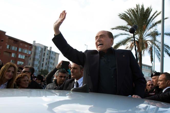 L'ancien président du conseil italien, Silvio Berlusconi, en déplacement électoral àMonserrato, en Sardaigne, le 17 janvier.