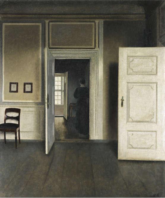 «C'est une pièce vide où figure seulement une chaise contre un mur avec deux dessins encadrés de noir. La composition est scandée par deux portes ouvertes. Le parquet sombre et immaculé est le socle sur lequel se disposent des verticales blanches faites de panneaux, lambris et portes encadrant l'ouverture d'une pièce‒ elle-même partagée en deux zones, l'ombre à droite dans laquelle on distingue la silhouette de dos d'une femme vêtue de noir, et la lumière à gauche, venant de la fenêtre éclairant de face la pièce complètement au fond, ajoutant au mystère qui se dégage du tableau.»