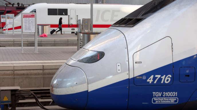 Un TGV français, fabriqué par Alstom, et un ICE allemand, construit par Siemens, à la gare de Munich (Allemange), en 2014.