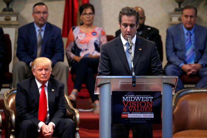 Donald Trump, alors candidat républicain, écoute son avocat Michael Cohen, lors d'un meeting à Cleveland Heights (Ohio), le 21 septembre 2016.