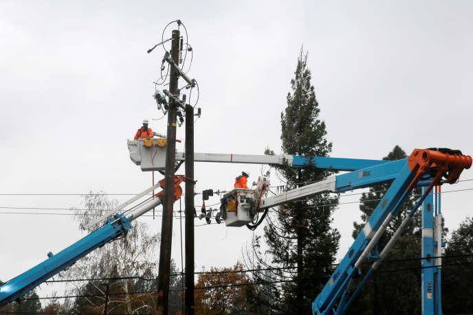 Réparation de lignes électriques de la compagnie américaine PG&E, à Paradise (Californie), en novembre 2018.