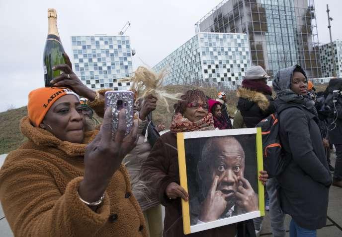 Des partisans de l'ancien président ivoirien Laurent Gbagbo devant la Cour pénale internationale, à La Haye (Pays-Bas), le 15janvier 2019.
