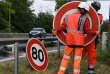 Des employés de la DDE remplacent un panneau de signalisation à l'occasion de l'abaissement de la vitesse à 80 km/h sur les routes secondaires, à Grenade-sur-Garonne (Haute-Garonne), le 28 juin 2018.