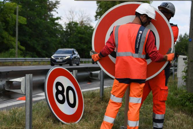 Installation des panneaux pour limiter la vitesse autorisée à 80 km/h sur laRN2 à Grenade(Haute-Garonne), le 28 juin 2018.