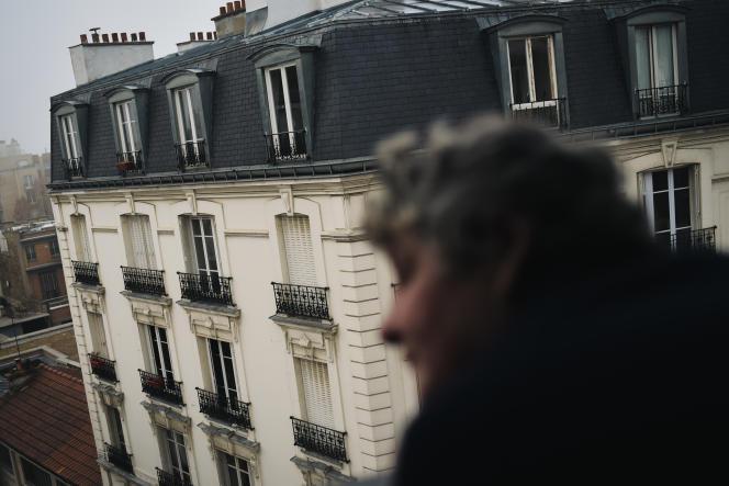 Violette, après plusieurs années dans la rue, profite de la vue depuis son appartement à Paris, le 27 décembre 2018.