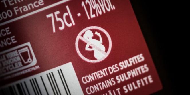 Le pictogramme d'avertissement «femme enceinte» sur une bouteille de vin, en 2018.