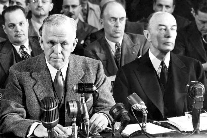 Le secrétaire d'Etat américain George Marshall (à gauche) devant la commission des affaires étrangères du Sénat, le 11 novembre 1947.
