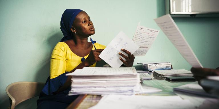 ABIDJAN, COTE D'IVOIRE. SEPTEMBRE 2018. La Côte d'Ivoire est en train de mettre sur pied un système pour recenser tous les cas de cancers à Abidjan. Ce registre des cancers permettra d'observer sur le long terme les effets des politiques de santé voire de la pollution sur le population.  Une enquêtrice du registre des cancers d'Abidjan collecte les cas de cancer dans le service chirurgie au centre hospitalier universitaire (CHU) de Treichville.