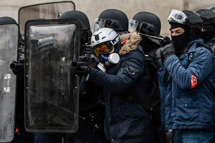 Il y a un mois, Laurent Nuñez, le secrétaire d'Etat auprès du ministre de l'intérieur, avait reconnu que 83enquêtes étaient en cours à propos de tirs avec cette arme controversée.