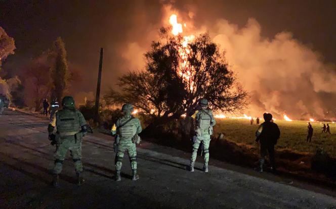 L'incendie d'un oléoduc qui présentait une fuite et où des habitants venaient voler du carburant à Tlahuelilpan, dans l'est du Mexique, le 18 janvier.