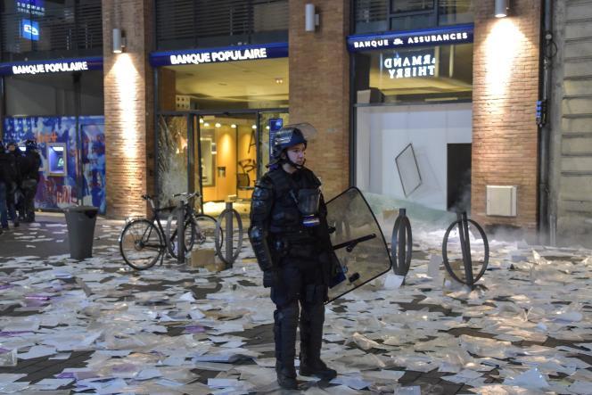 Un policier devant une banque vandalisée à Toulouse, lors de la dixième journée de mobilisation des« gilets jaunes», au cours de laquelle 24 personnes ont été interpellées.