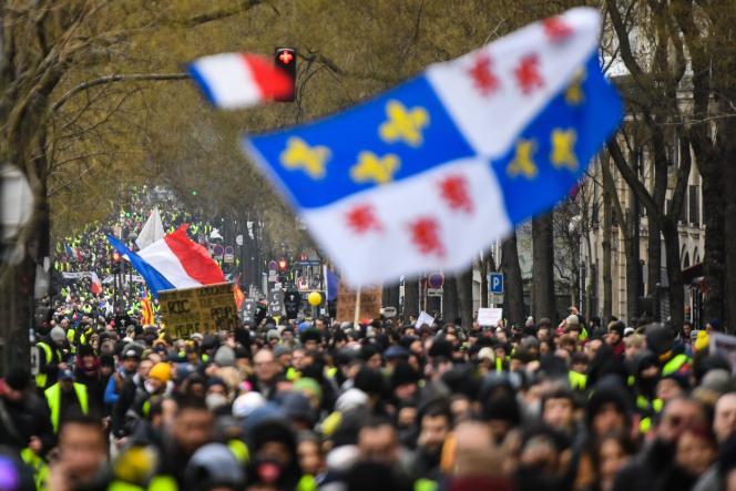 A Paris, les« gilets jaunes» ont opté samedi 19 janvier pour un parcourspré-établi, faisant une boucle autour des Invalides, une première.