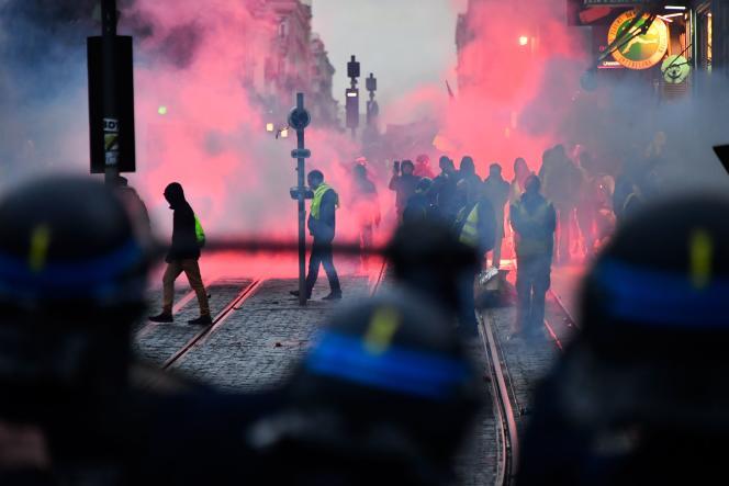 A Bordeaux, la dixième journée de mobilisation s'est terminée, comme les précédentes, par de violents affrontements avec les forces de l'ordre.