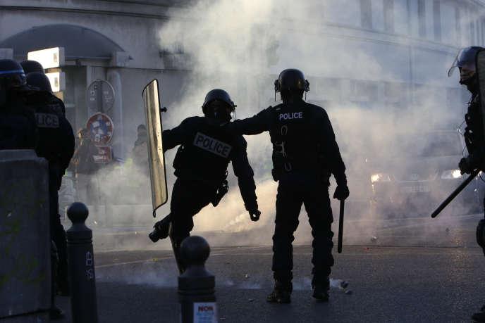 Des policiers à Marseille, samedi 19 janvier, en marge d'une manifestation des« gilets jaunes».