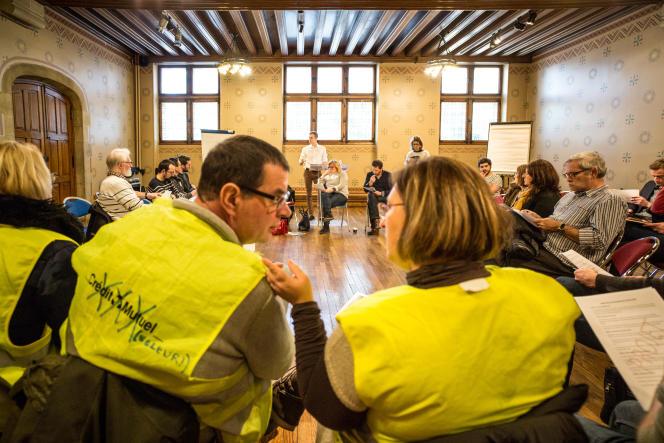 Christophe Penin et Cendrine Woillet échangent avant de commencer à mettre au vote les amendements sur le texte d'organisation du Grand débat, à Arras, le 19 janvier.