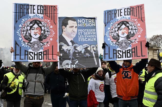 Dans les slogans parisiens, les« gilets jaunes» dénoncent le nombre de blessés par des tirs de Flash Ball, samedi 19 janvier.
