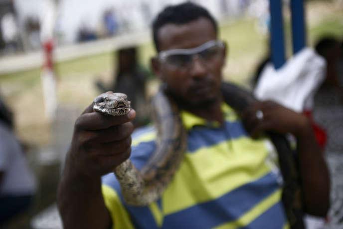 Un détenu montre un serpent domestique dans la prison de San Juan de los Morros, au Venezuela, en 2013.
