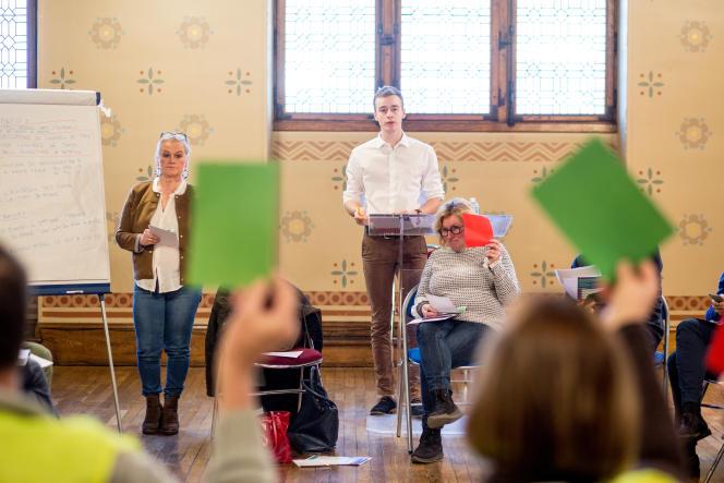 Les votes pour se font en levant une fiche verte, contre en rouge et abstention en blanc.