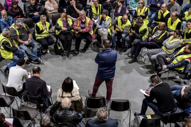 Le micro passe de mains en mains, lors du grand débat organisé au centre culturel Edouard-BrenotdeGrigny(Rhône), le 17 janvier.