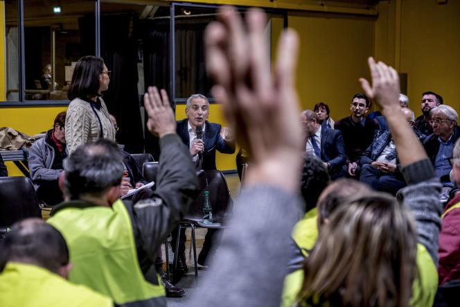Le député(LRM)Jean-LucFugit au micro, lors du grand débat national, au centre culturel Edouard-BrenotdeGrigny(Rhône), le 17 janvier.