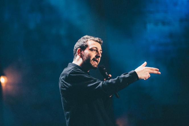 Roman Frayssinet sur scène auMontreux Comedy Festival, en décembre 2018.