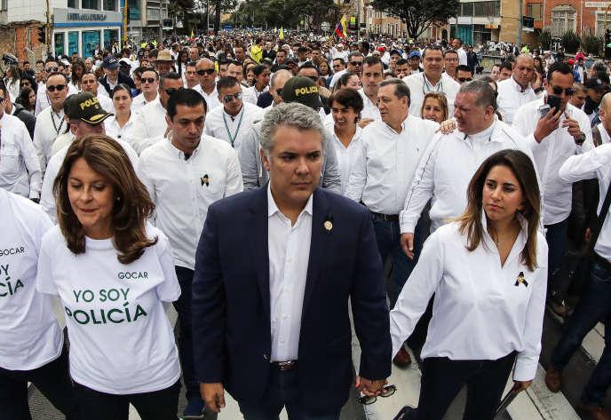 Le président colombien Ivan Duque, au centre, a participé à une marche dimanche 20 janvier contre le terrorisme, après l'attentat contre une école de police.