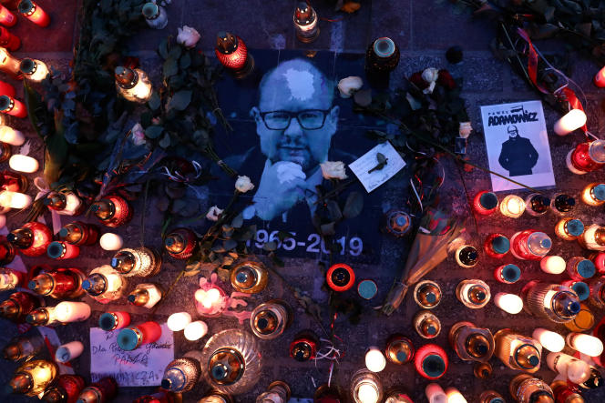 Hommages au maire de Gdansk assassiné, Pawel Adamowicz, à Cracovie, samedi 19 janvier 2019.