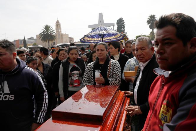 La famille d'une victime de l'explosion d'oléoduc de Tlahuelilpan, au Mexique, le 20 janvier.