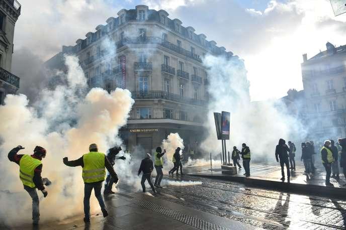La manifestation des « gilets jaunes » du 19 janvier, à Angers, a rassemblé environ 2500personnes, avant de se terminer dans les gaz lacrymogènes.
