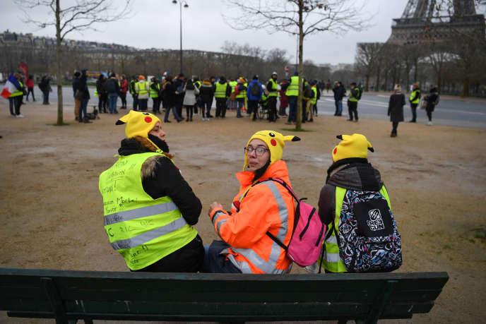 Des participantes à la marche des «femmes gilets jaunes», à proximité de la Tour Effeil, le 20 janvier 2019.