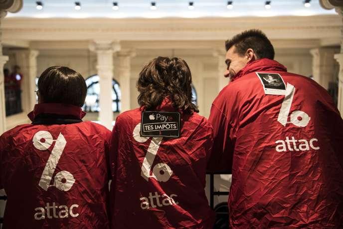 L'organisation altermondialiste Attac, lors d'une manifestation contre Apple, accusé de ne pas payer ses impôts en France, le 2 décembre 2017.