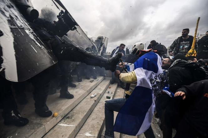 Des échauffourées ont eu lieu entre policiers et une trentaine de jeunes encagoulés, qui ont réussi à s'infiltrer dans la manifestation et jeté des projectiles contre les forces de l'ordre en tentant de forcer la clôture du Parlement.